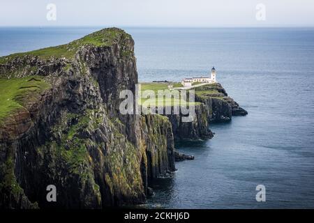 Vista del faro de Neist Point durante un día nublado en la Isla de Skye, Escocia Foto de stock