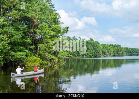 Virginia Newport News Park recreación naturaleza paisaje natural, hombre mujer pareja canoa barco remar agua Beaverdam Creek, americanos,