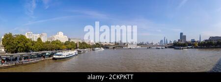 Vista panorámica hacia el este a lo largo del río Támesis desde Embankment Pier hasta Shell-Mex House, Waterloo Bridge y rascacielos de la ciudad de Londres