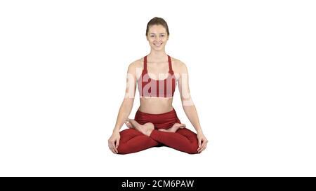 Joven mujer sonriente practicando yoga, haciendo ejercicio Padmasana, L
