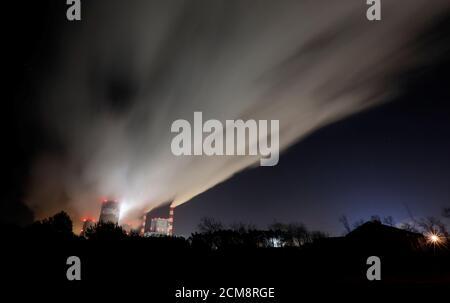 El humo y el vapor se disparan desde la central eléctrica de Belchatow, la mayor central eléctrica de carbón de Europa operada por PGE Group, por la noche cerca de Belchatow, Polonia 28 de noviembre de 2018. REUTERS/Kacper Pempel Foto de stock