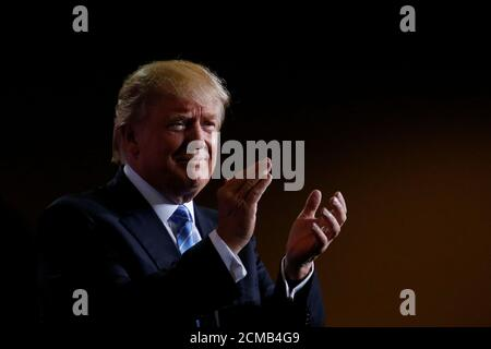 Republican presidential nominee Donald Trump speaks at a campaign rally in Phoenix, Arizona, U.S., August 31, 2016.   REUTERS/Carlo Allegri Foto de stock