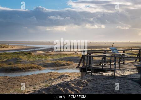 Vista panorámica de la playa del mar del norte en Sankt Peter-Ording, Alemania contra el cielo