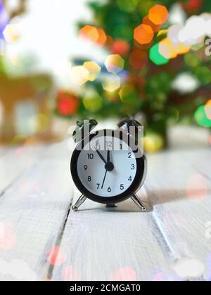Reloj vintage muestra doce sin cinco minutos