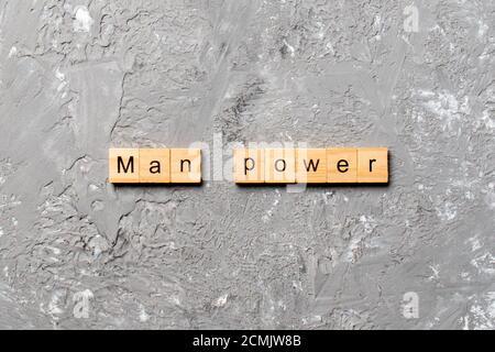 Palabra de Man Power escrita en bloque de madera. Man Power texto en la tabla de cemento para su diseño, concepto.