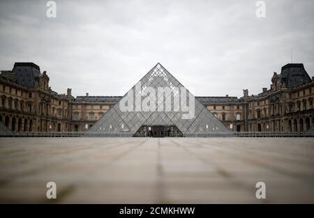 Una vista muestra el área desierta frente a la pirámide de vidrio del museo del Louvre en París como un cierre se impone para disminuir la tasa de la enfermedad del coronavirus (COVID-19) en Francia, 18 de marzo de 2020. REUTERS/Christian Hartmann