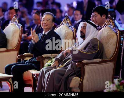 El primer Ministro de China, Wen Jiabao, se sienta con el gobernante de Sharjah Sheikh Sultan Bin Mohammed al Qasimi durante la IV Conferencia Empresarial China-Árabe, que se celebrará en Sharjah el 18 de enero de 2012. China y los Emiratos Árabes Unidos firmaron el martes un acuerdo de canje de divisas por un valor de 35 millones de yuan (5.54 millones de dólares), dijo el Banco Popular de China, añadiendo que el acuerdo fue efectivo durante tres años e impulsaría el comercio y la inversión en ambas direcciones. El acuerdo firmado en Dubai fue anunciado mientras Wen viaja por el Medio Oriente, incluyendo los Emiratos, y es el último en una serie de arreglos para facilitar un mayor uso del yuan i de China