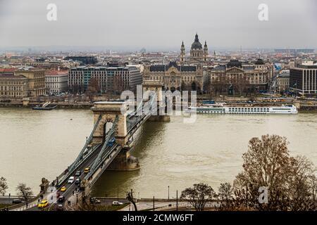 Vista sobre el Danubio en el Puente de las cadenas en Budapest, Hungría