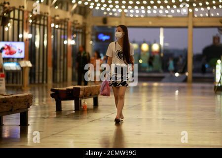 Los turistas son vistos en un mercado nocturno asiático casi vacío en Bangkok, Tailandia 2 de marzo de 2020. REUTERS/Soe Zeya Tun