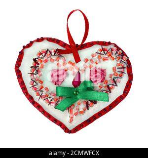 Día de San Valentín de perlas multicolores aislado sobre fondo blanco.