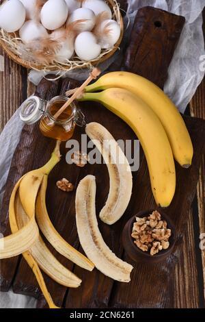 Plátanos, nueces, huevos, miel - Ingredientes para hornear pan casero de plátano