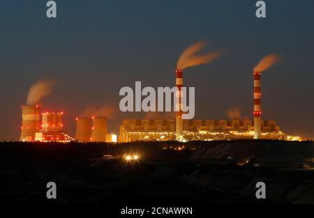 La mina de carbón Belchatow, la mayor mina de carbón marrón de Polonia, en las afueras de la central eléctrica de Belchatow, la mayor central eléctrica de carbón de Europa operada por el Grupo PGE, se muestra por la noche cerca de Belchatow, el 12 de septiembre de 2018. REUTERS/Kacper Pempel Foto de stock