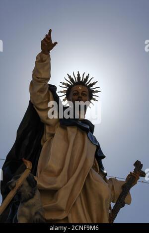 Vista de cerca de una estatua católica de un santo fuera de una iglesia en Valletta, Malta contra un cielo azul en un día soleado