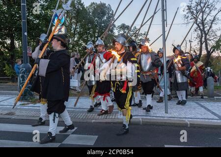 PRAGA - 18 de septiembre: Procesión de reactores históricos que marcan la víspera de la batalla de Bila Hora, hace 400 años en la Puerta de Pisecka el 18 de septiembre,