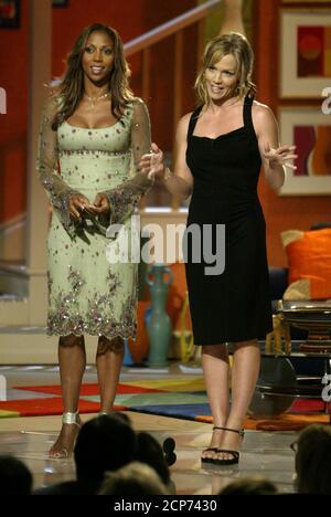 Holly Actrices Robinson Peete (L) y Jennie Garth son los anfitriones del quinto premio anual de televisión familiar en Beverly Hills el 14 de agosto de 2003. El programa premia una programación excepcional para la visualización familiar y será transmitido por televisión el 25 de agosto en la red de televisión del BM en los Estados Unidos. REUTERS/Fred Prouser REUTERS FSP