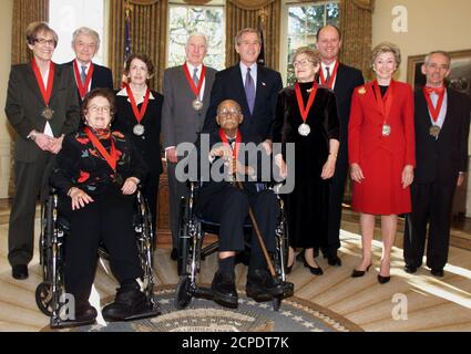 El presidente estadounidense George W. Bush posó con los ganadores de la Medalla Nacional de Humanidades en la oficina Oval de la Casa Blanca en Washington, el 14 de noviembre de 2003. Los destinatarios son: (L-R) Profesora Elizabeth Fox-Genovese, actor Hal Holbrook, Autor Edith Kurzweil, Autor John Updyke, Autor Midge Decter, científico marino Dr. Robert Ballard, creador de Sesame Street Joan Ganz Cooney, ensayista Joseph Epstein, Autor Jean Fritz, (sentado) y Autor Frank Snowden, (sentado). REUTERS/William Philpott WP/HK
