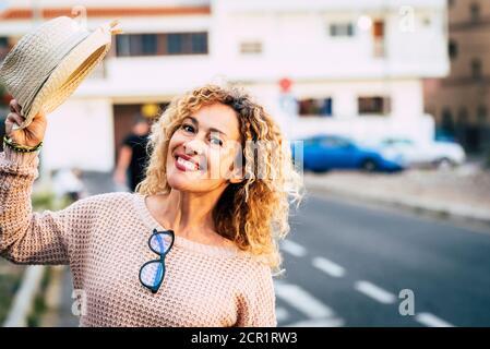 Alegre adulto caucásico gente feliz retrato mujer con fondo urbano ciudad - alegre gente en actividades de ocio al aire libre durante el día de estilo de vida real Foto de stock