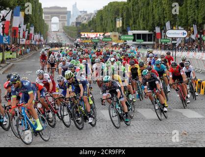 Ciclismo - la carrera de ciclismo 104th Tour de France - la etapa 21 de 103 km de Montgeron a París Campos Elíseos, Francia - 23 de julio de 2017 - el pelotón en acción. REUTERS/Charles Platiau