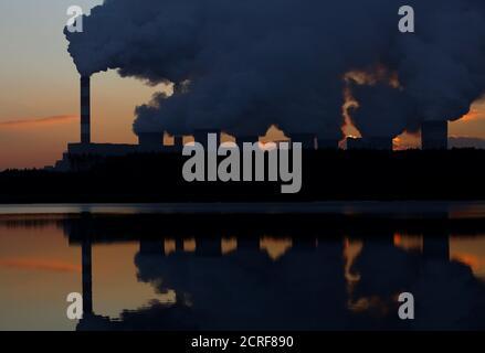 El humo y el vapor se enloquan desde la central eléctrica de Belchatow, la mayor central eléctrica de carbón de Europa operada por PGE Group, cerca de Belchatow, Polonia 28 de noviembre de 2018. REUTERS/Kacper Pempel