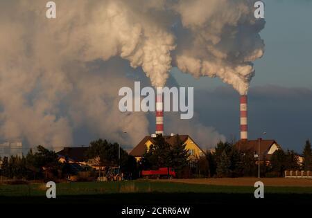 El humo y el vapor se enloquan desde la central eléctrica de Belchatow, la mayor central eléctrica de carbón de Europa operada por PGE Group, cerca de Belchatow, Polonia 28 de noviembre de 2018. Foto tomada el 28 de noviembre de 2018. REUTERS/Kacper Pempel