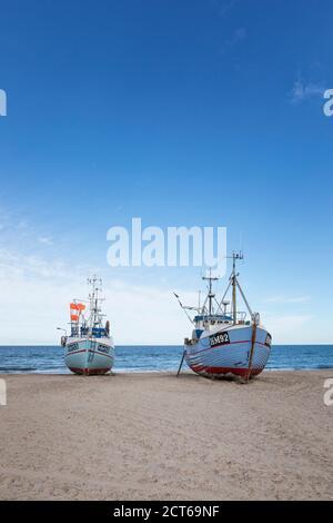 Barcos de pesca remolcados a la playa de Thorup en la bahía de Jammerbugt en La costa danesa del Mar del Norte