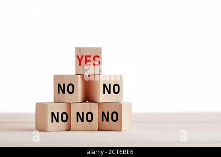 Las palabras sí o no sobre los bloques de madera. Elección, decisión o actitud positiva en el concepto de negocio o vida personal.