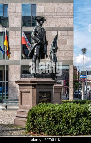 Berlín,Mitte, Zietenplatz.Estatua de Hans Karl von Winterfeldt (1707-1757) Teniente General en el Ejército de Prusia. Escultura de bronce por August Kiss