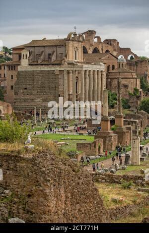 Roma, Italia - 15 de mayo de 2016: Los turistas visitan las antiguas ruinas del Foro Romano en el centro histórico de Roma