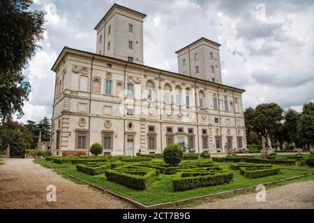 Roma, Italia - 15 de mayo de 2016: En el parque de Villa Borghese se encuentra la famosa Galería Borghese con todos sus tesoros artísticos