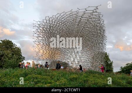 The Hive, una estructura de malla elevada en Kew Gardens que representa una colmena de abejas real, un marco entrelazador. Foto de stock
