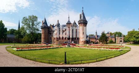 Haarzuilens. Vista panorámica del castillo el Haar y los jardines de los alrededores en un día soleado. Lado de entrada de la casta. Utrecht, países Bajos. Foto de stock