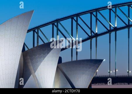 Detalle arquitectónico de la Ópera de Sídney y el puente del puerto de Sídney en Sídney, Australia, al atardecer y al atardecer. Foto de stock