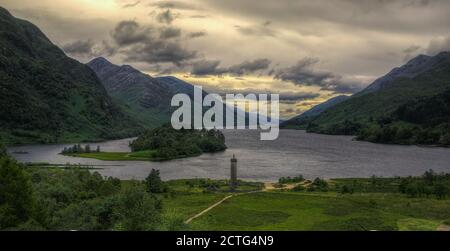 El lago Shiel y el monumento de Glenfinnan. Hogar de Highlander y pasar por Harry Potter en camino a Hogwarts Foto de stock