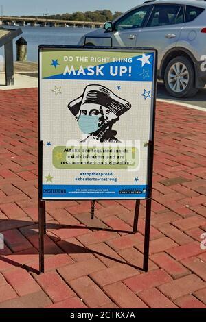 Señalización en la histórica ciudad de Chestertown, MD pide a los lectores que usen una máscara en público durante la pandemia de COVID-19 de 2020.