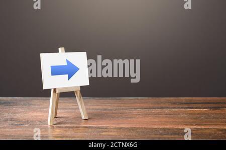 Caballete con una flecha derecha azul. Señal de dirección. Publicidad de la ubicación de una tienda o un punto de venta. Restricción de movimiento, cambiar Por supuesto. R corto