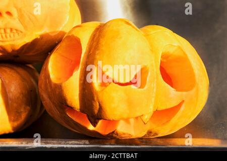 Un terrorífico rostro tallado en una calabaza para la fiesta de Halloween. La linterna de Jack tradicional hecha de calabaza es un símbolo de Halloween. El místico sym