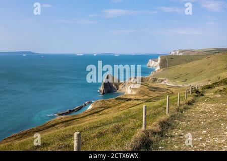 Vista panorámica de la costa desde el camino de la costa suroeste Desde Lulworth Cove hasta Durdle Door en la Costa Jurásica Patrimonio de la Humanidad en Dorset