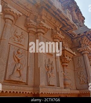 Detalles del templo Hazara Rama entre las ruinas de Hampi del imperio Vijayanagara del siglo XIV en Hampi, Karnataka, India. Patrimonio de la Humanidad de la UNESCO Sit