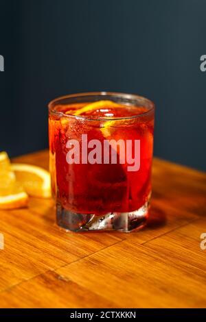 Cóctel Negroni. Gin, Campari y Martini Rosso. Cóctel en el bar de madera.