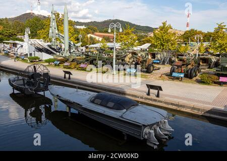 Seúl, Corea del Sur - 19 de octubre de 2017: Barco de guerra en el Museo Memorial de Guerra de Corea, Yongsan-dong, Seúl, Corea del Sur