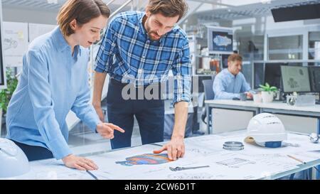 En la agencia de ingeniería: Grupo diverso de ingenieros, técnicos, especialistas que trabajan en el diseño para el prototipo industrial del motor. Profesionales
