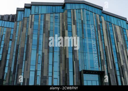 Leipzig, Sajonia / Alemania - 12 de septiembre de 2020: Vista frontal del edificio de la Universidad de Leipzig y estilo arquitectónico moderno