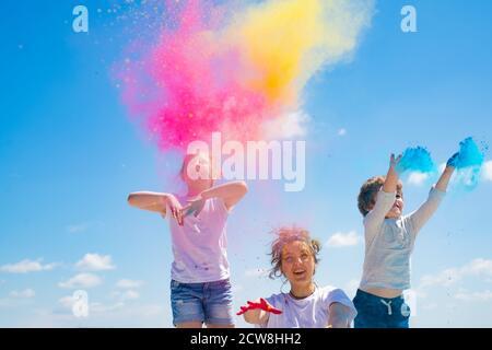 Niños pintados en los colores de Holi festival.