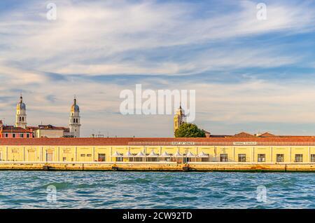 Puerto de Venecia en el terraplén de Fondamenta Zattere en el centro histórico de la ciudad de Dorsoduro sestiere, vista desde el agua del canal de Giudecca, Región Veneto, Italia