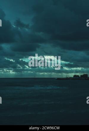 Sol en las nubes, tiempo de tormenta, luz azul, mar mediterráneo
