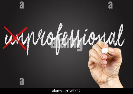 Сrossed cartas para escribir profesional. Tallare en un pizarrón, escrito con tiza blanca en una mano.