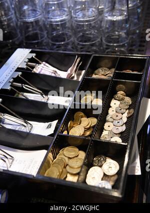 Las monedas en una caja de coronas danesas se muestran en un pub en Copenhague, 22 de enero de 2015. El banco central danés recortó el jueves por segunda vez esta semana su tipo de interés político clave para defender la vinculación de la corona con el euro después de que el Banco Central Europeo revelara un paquete de estímulo que debilitara la moneda única. REUTERS/Fabian Bimmer (DINAMARCA - Tags: NEGOCIOS)