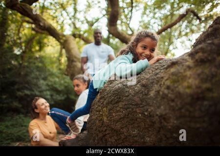 Feliz árbol de escalada en familia en los bosques