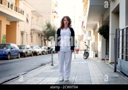"""Pauline Delli, de 32 años, una enfermera psiquiátrica, se encuentra en la calle fuera de su lugar de trabajo en Atenas el 27 de marzo de 2012. Cuando se le preguntó cómo se había visto afectada por la crisis económica, Delli respondió: """"Estoy viviendo día a día y no pensando en el futuro"""". Foto tomada el 27 de marzo de 2012. REUTERS/CATHAL MCNAUGHTON (GRECIA - TAGS: EMPRESA SOCIEDAD DE EMPLEO) ATENCIÓN EDITORES IMAGEN 7 DE 15 DEL PAQUETE 'RETRATOS DE GRECIA'"""