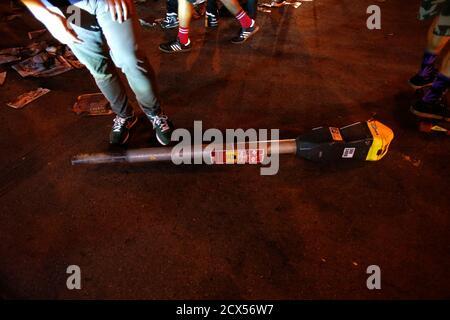 Un medidor de estacionamiento roto se ve en el suelo durante una celebración en la calle en San Francisco, California 29 de octubre de 2014. Los San Francisco Giants vencieron a los Kansas City Royals 3-2 el miércoles para ganar su tercer título de la serie Mundial en cinco temporadas. REUTERS/Stephen Lam (ESTADOS UNIDOS - Tags: DISTURBIOS CIVILES DEPORTE BÉISBOL)